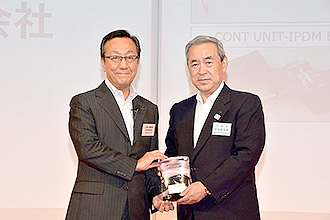 Left: Mr. Kimiyasu Nakamura, Executive Vice President of Nissan; and right: Masayoshi Matsumoto, President of Sumitomo Electric
