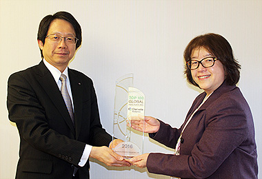 Receiving the trophy / Hideo Hato, Managing Executive Officer of Sumitomo Electric (left) and Yoshiko Tanahashi, Vice President, Strategic Accounts and Partners of Clarivate Analytics (right)