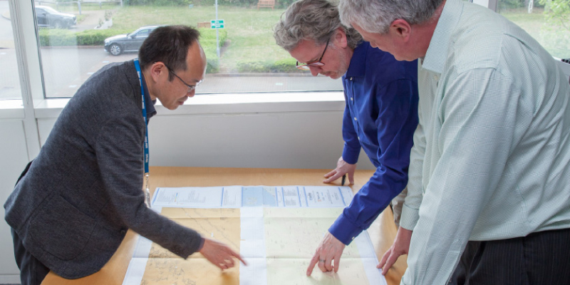 Meeting using a sea floor map; Takuya Miyazaki in charge of installation on the left