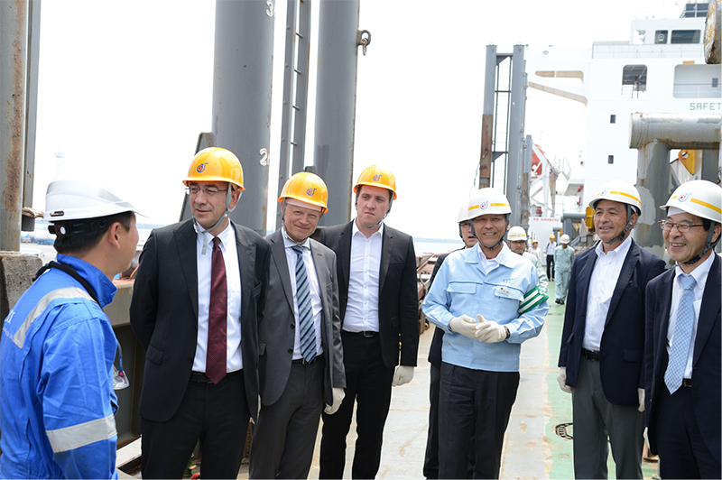 Inspection tour members from the Belgian company Elia watch the systematically performed shipping work