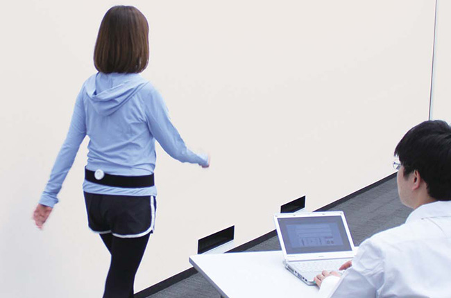 A wireless wearable motion sensor collects walking data