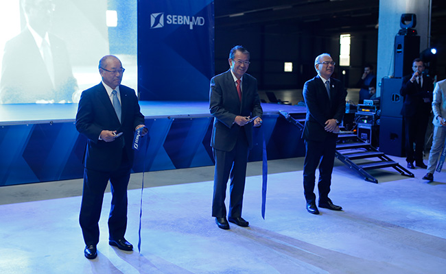 Ribbon cutting ceremony (From left) Fumiyoshi Kawai, President of Sumitomo Wiring Systems, Ltd., Mitsuo Nishida, Vice President of Sumitomo Electric, and Kenichi Urushibata, Managing Executive Officer of Sumitomo Electric