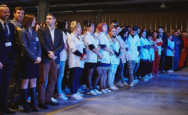 Employees of S.R.L. SE Bordnetze at the opening ceremony